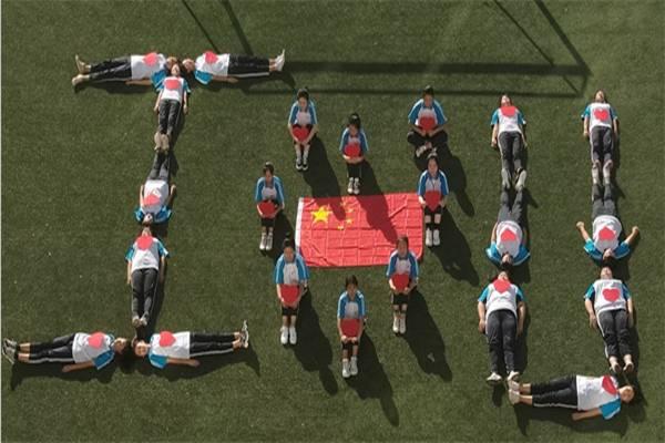 """爱国向上 青春向善——锦州市现代服务学校""""我和国旗合个影暨第二届笑脸墙"""""""