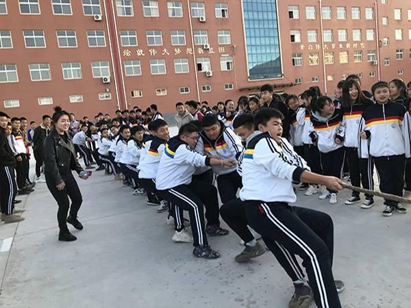 涿鹿县职教中心迎冬拔河比赛掀起学生体能锻炼热潮